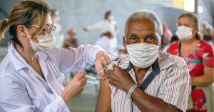 Anunciada terceira dose de vacina para maiores de 70 anos e imunossuprimidos; entenda a decisão