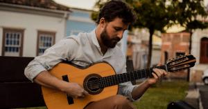 Max Sales extrai da viola toda a diversidade musical