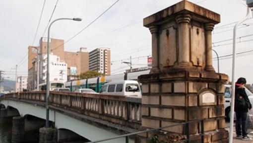 Brasileiro bêbado bate o carro e danifica ponte que sobreviveu à bomba nuclear no Japão