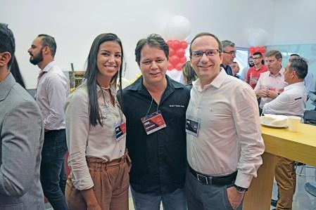 Aline Vasconcelos e Wagner Marinho, compradores técnicos da Fuscão Preto Autopeças, com Saul, gerente regional Sudeste da Universal.