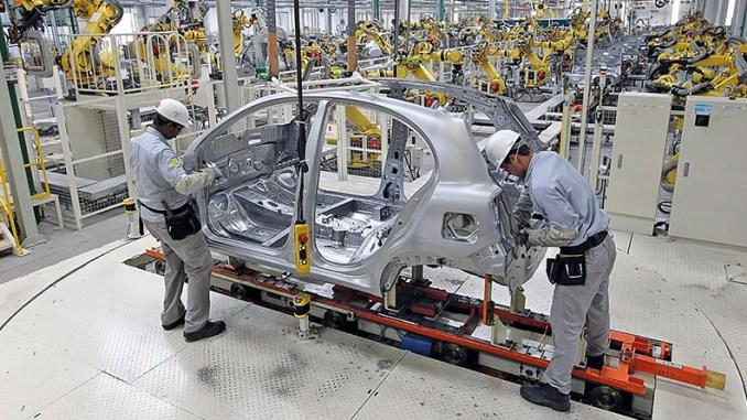 Produção-montadoras-carro-pessoas-ferramentas