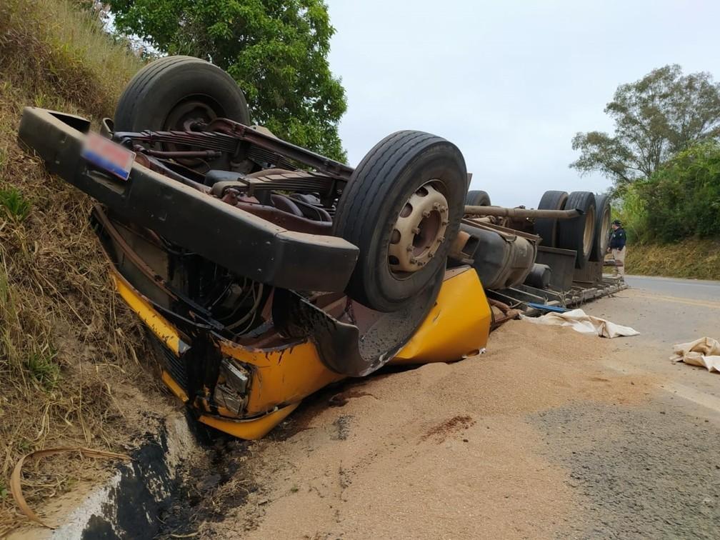 Caminhoneiro é resgatado consciente após grave acidente na BR-146