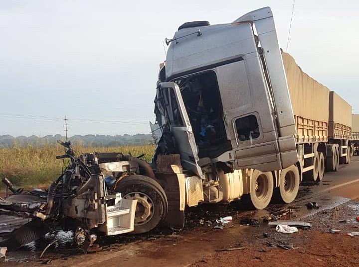 Caminhoneiro é resgatado em estado grave após colisão traseira na BR-163