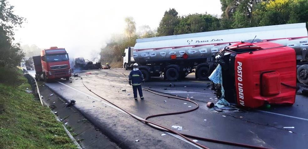 Acidente com cinco carretas é registrado na BR-476 - Paraná