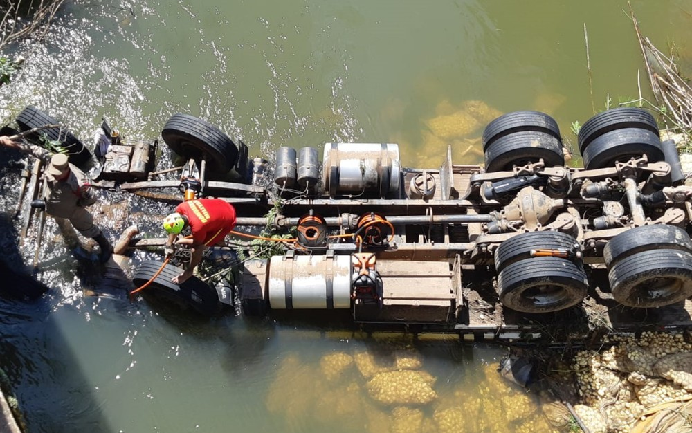 Duas pessoas morrem afogadas após caminhão cair em rio na BR-414