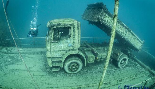 A história por trás do Mercedes-benz Atego abandonado debaixo d'água