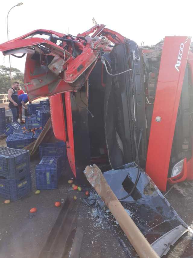 Caminhão que transportava tomates quase caí de ponte após tombar na BR-153