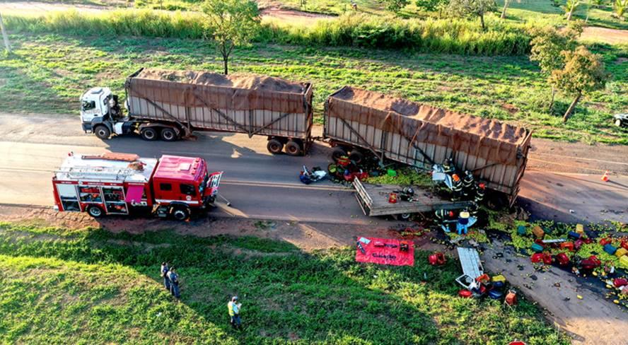 Caminhoneiro e carona morrem após colidirem contra rodotrem canavieiro