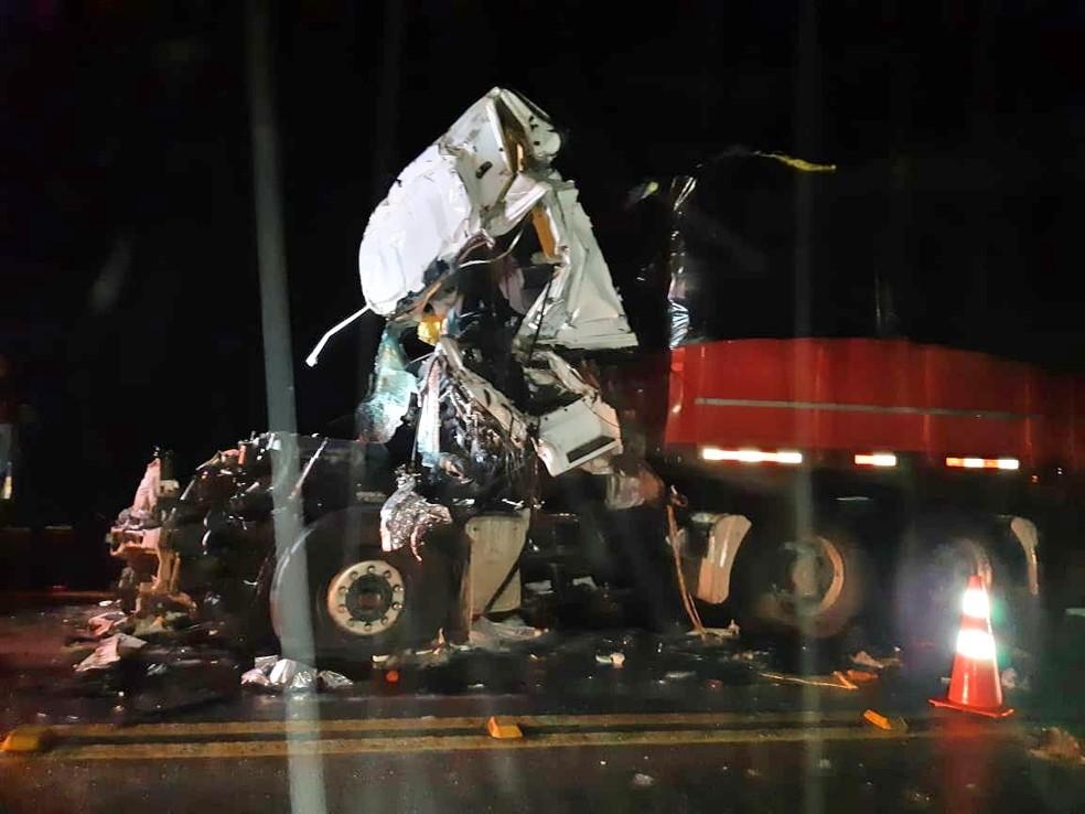 Caminhoneiro e carona morrem em grave acidente na BR-423, em Paranatama (PE)