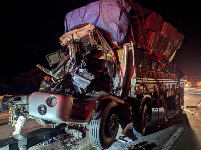 Caminhoneiro e passageiro morrem em colisão na SP-348 - ford cargo bitruck