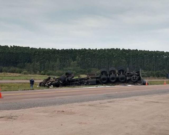Carreta tomba após roda dianteira se desprender na BR-116