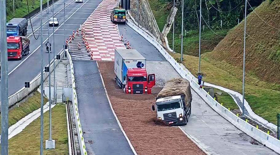 Dois caminhões ficam sem freios e utilizam a área de escape juntos