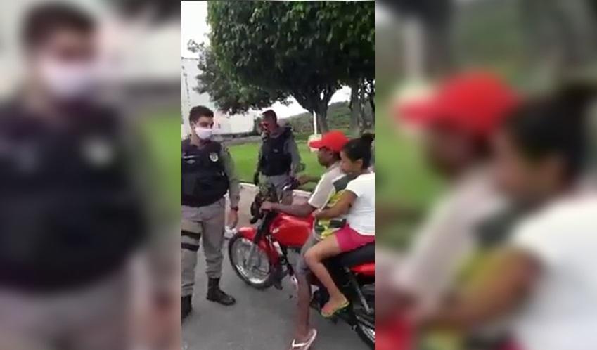 Motociclista sem capacete é orientado a usar máscara