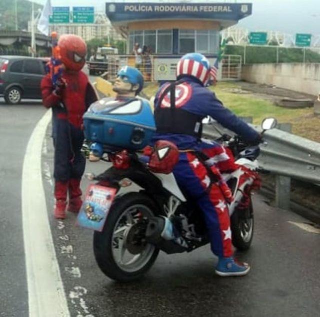 PRF flagra Capitão America conduzindo motocicleta sem habilitação
