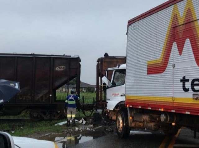 Pela 3ª vez no mês, colisão entre caminhão e trem é registrada