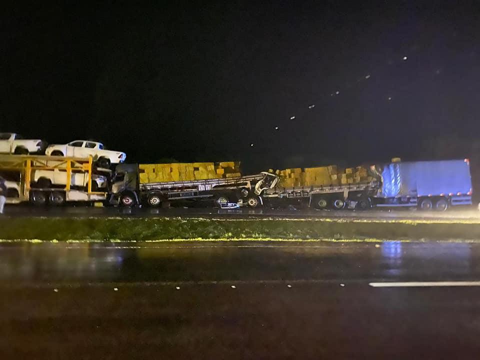 Quatro caminhões se envolvem em engavetamento em Barra do Turvo - São Paulo