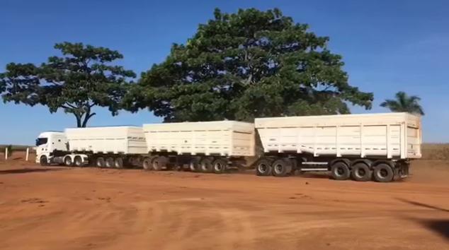 Scania R440 é flagrado puxando conjunto com três carretas