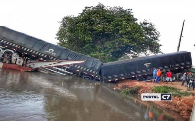 Bitrem cai dentro do Rio Parnaíba ao embarcar em balsa