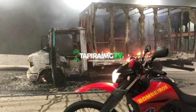 Caminhão 3/4 fica destruído após pegar fogo em túnel da BR-381
