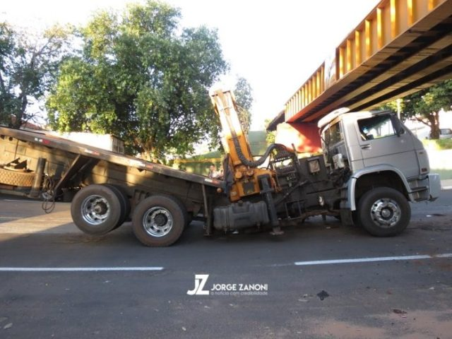 Caminhão Munck quebra no meio após colidir em pontilhão em São Paulo
