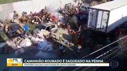 Caminhão roubado é levado para dentro de favela e centenas de moradores saqueiam carga