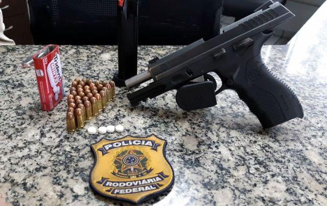 Cegonheiro é detido com pistola 380 e comprimidos de rebite
