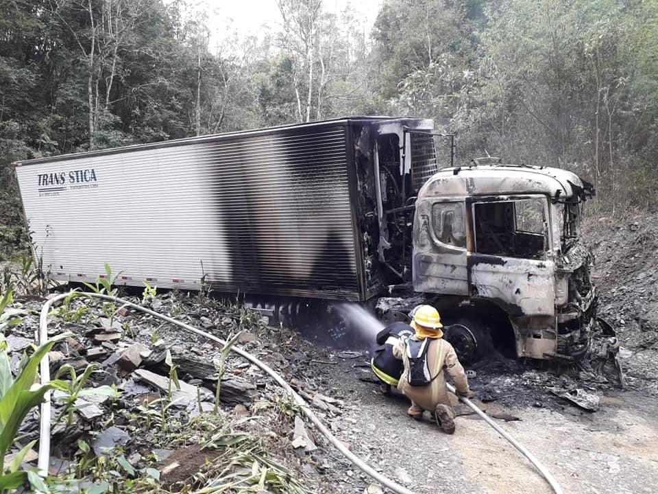 Caminhão roubado é encontrado incendiado em Santa Catarina