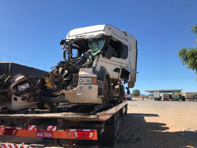 Caminhoneiro se distrai ao mexer no ar condicionado e colide na traseira de outro caminhão na BR-242