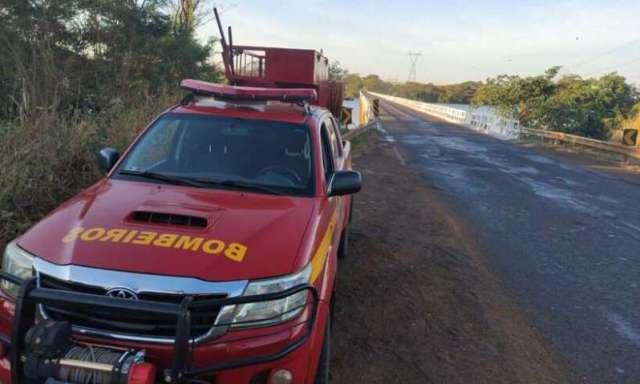 Carreta bitrem cai de ponte e motorista de 59 anos morre afogado na MG-427