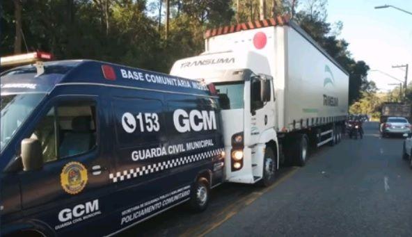 Guardas Civis usam a própria viatura para salvar caminhoneiro que pegou no sono