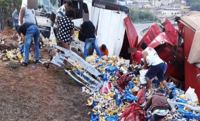 Fome? População saqueia carga de cerveja na Dutra