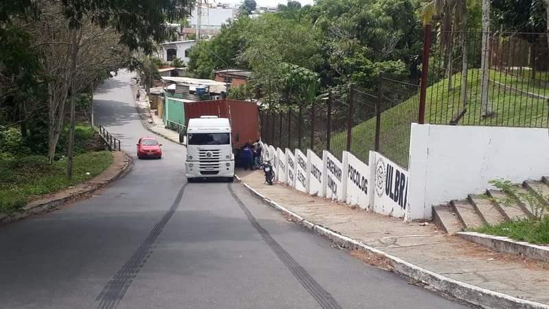 Constellation não da conta de ladeira e desce de ré sem freio em Manaus