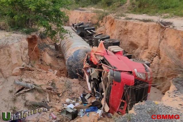 Carreta cai em vala após colisão em Salinas-MG