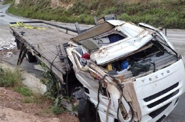 Caminhoneiro de 22 anos fica ferido após tombar caminhão com 17 toneladas de mármore, MG