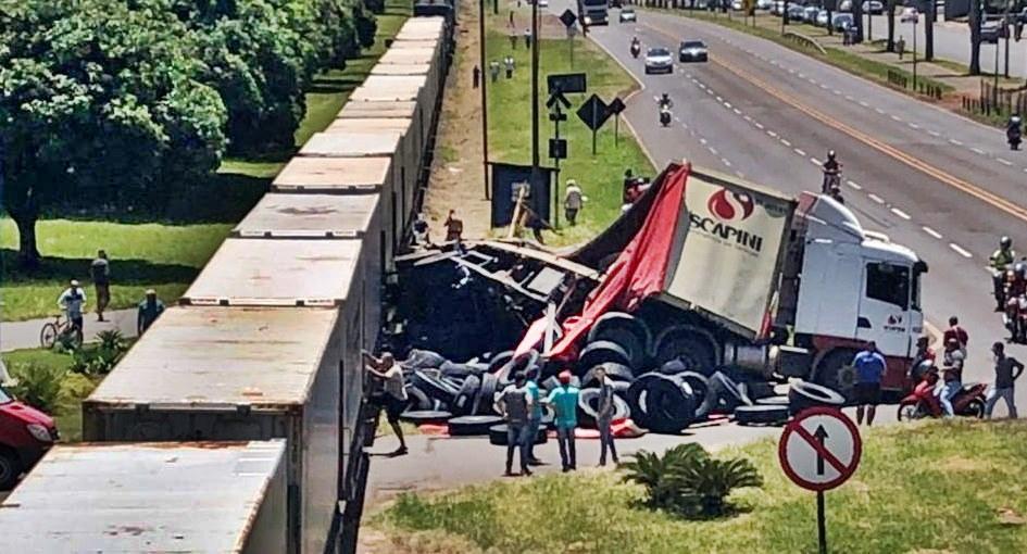 Vídeo mostra momento em que trem atinge carreta no Paraná