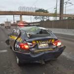 Caminhão não consegue frear e bate na traseira de viatura da PRF em Canoas