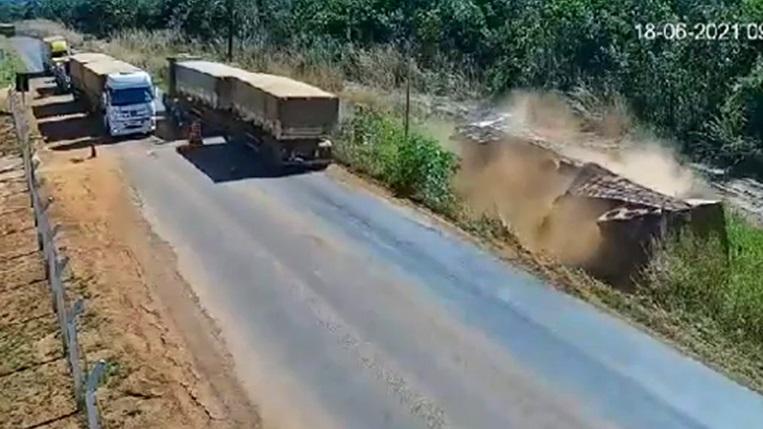 Carreta tomba para evitar colidir em veículos parados em pedágio indígena ilegal no Mato Grosso