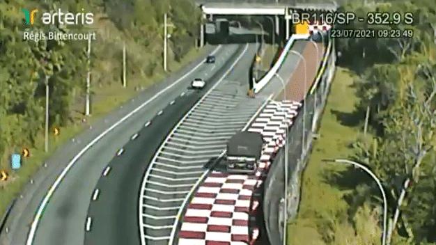 Caminhão que transportava barras de ferro adentra 60 metros a área escape da BR-116, SP