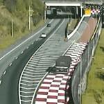 Caminhão que transportava barras de ferro adentra 60 metros a área de escape da BR-116, SP
