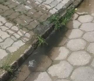Esgoto escorre pela rua
