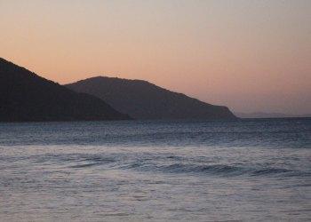 Maré baixou no Norte da Ilha e o entardecer foi captado na beira da praia em Ingleses | Foto: Emanuel Soares / Jornal Conexão Comunidade