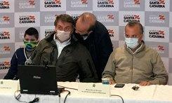 Jorginho Mello cochicha algo ao presidente ao lado do ministro do Desenvolvimento Regional