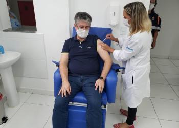 Dr Luciano Melo recebe vacina na Upa Norte | Foto: PMF