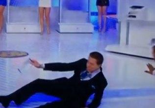 Photo of Vídeo: Silvio Santos tropeça e cai no palco durante sorteio da Tele Sena