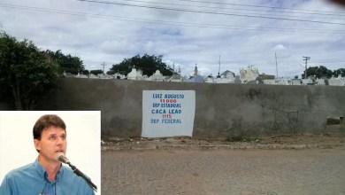 Photo of Chapada: Prefeito de Itaberaba marca muro do cemitério com propaganda eleitoral