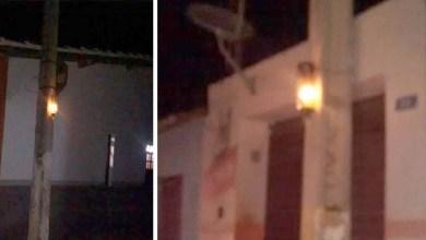 Photo of Chapada: Moradores colocam velas em postes e cobram iluminação de ruas em Utinga