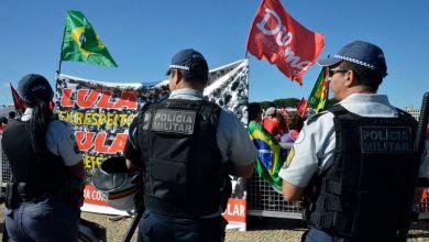 Photo of Grupos de manifestantes entram em confronto em frente ao Palácio do Planalto