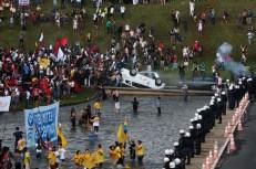 Brasília - Manifestantes entram em confronto com a polícia em frente ao Congresso Nacional (Wilson Dias/Agência Brasil)