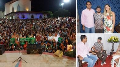 Photo of Chapada: População de Itaberaba lota praça para assistir apresentação do poeta nordestino Bráulio Bessa