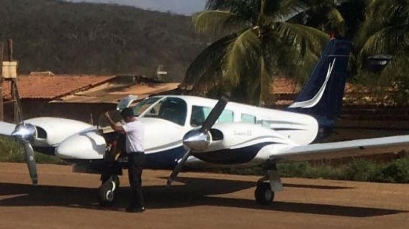 Chapada: Avião com deputado José Carlos Aleluia fura pneu durante pouso em Ituaçu